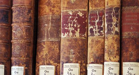 Alte-Bücher-in-der-Fachbibliothek-der-Theologischen-Fakultät-Kiel-zum-Thema-Neues-Testament