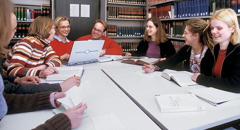 Studierende-in-der-Fachbibliothek-der-Theologischen-Fakultät