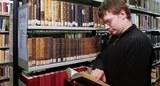 Studierender in der Fachbibliothek der Theologischen Fakultät